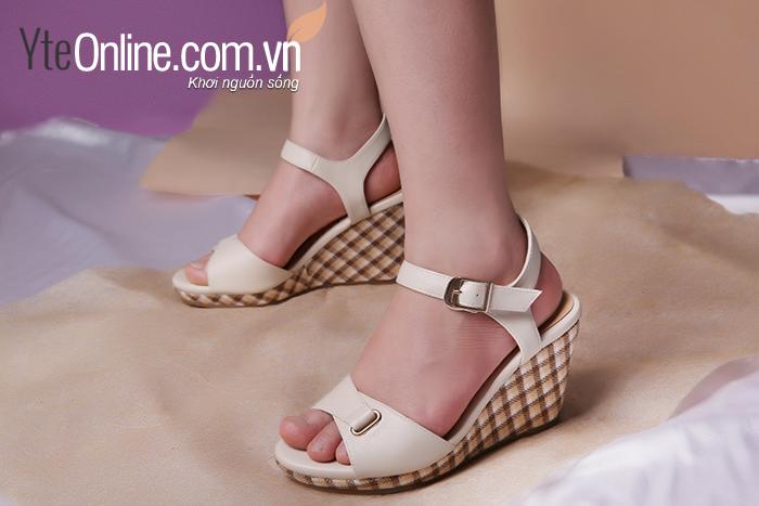 mang giày cao gót cả ngày làm cho đôi chân mỏi nhức
