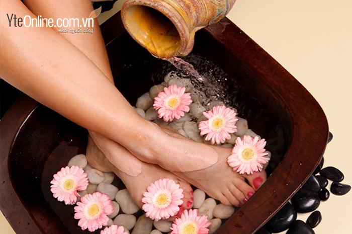Ngâm chân nước muối trước khi đi ngủ