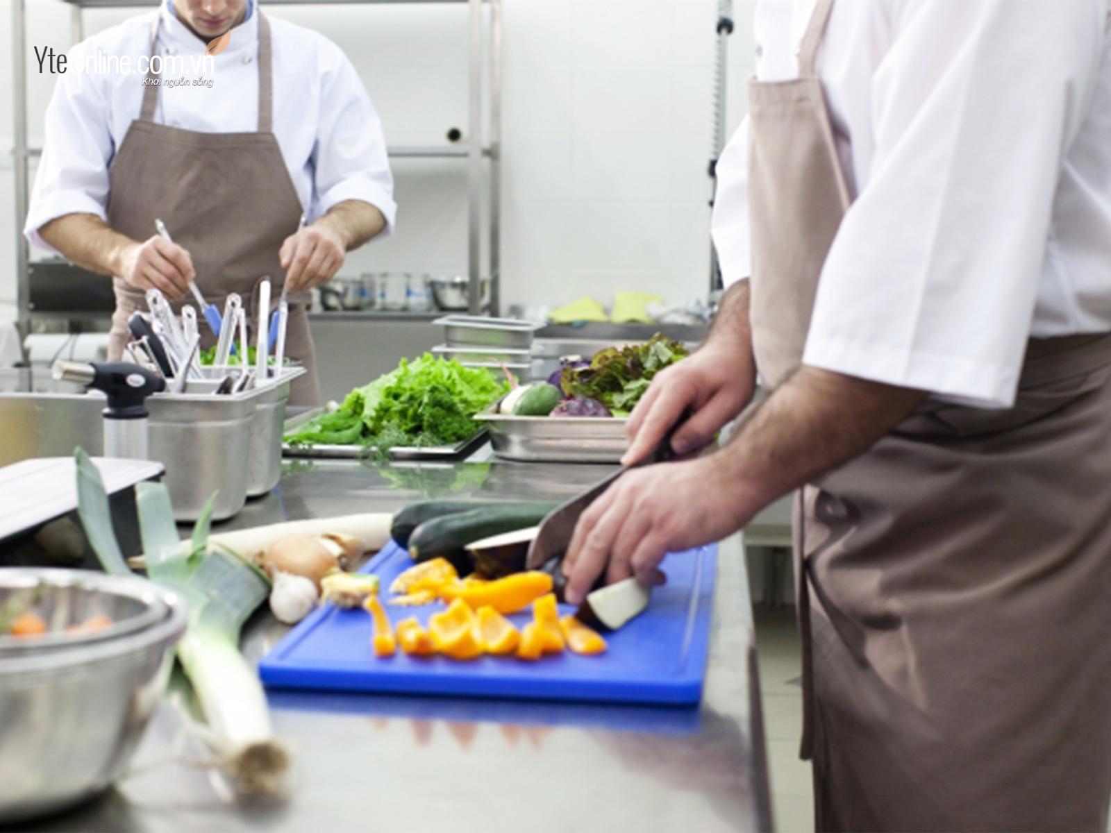 Sử dụng bồn ngâm chân-mẹo giảm đau nhức chân phụ bếp nhà hàng